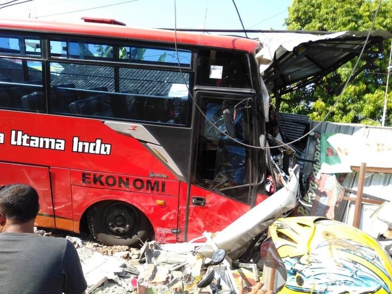 Sebuah Bus Tabrak Rumah dan Toko Hingga Hancur di Bojonegoro