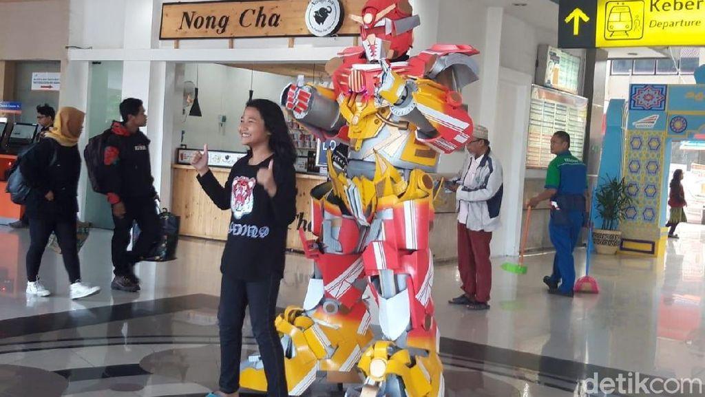 Wow, Ada Replika Robot Transformers di Stasiun Surabaya Gubeng
