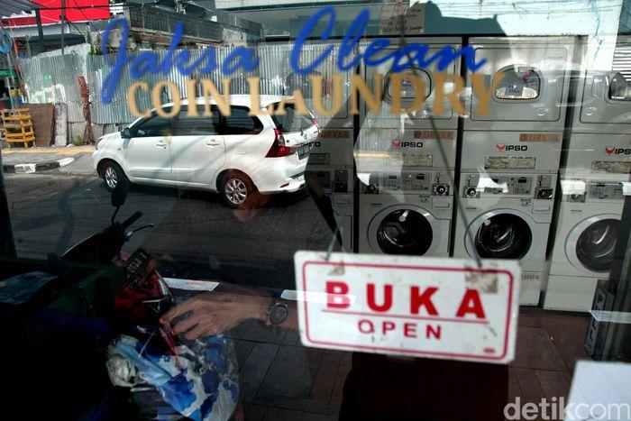 Penampakan salah satu lokasi laundry koin di kawasan Jalan Jaksa, Jakarta, Sebatu (8/6/2019).
