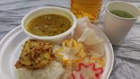 Masyarakat Indonesia menyediakan menu nasi gulai daging sapi, tempe mendoan, kerupuk, es nata de coco dan timun serut khas Nusantara (Septia Hardy Sujiatanti/Istimewa)