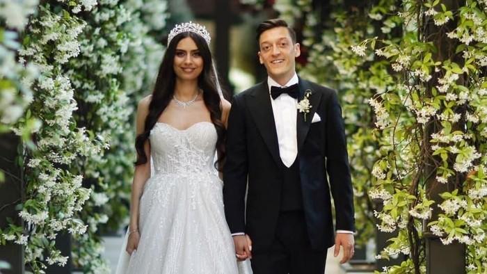 Mesut Ozil resmi menikah dengan Amine Gulse. Foto: Instagram/@gulseamine