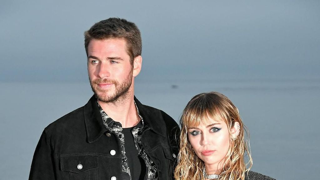 Potret Mesra Miley Cyrus dan Liam Hemsworth di Fashion Show Saint Laurent