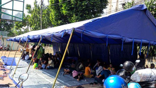Korban mengungsi di tenda darurat.