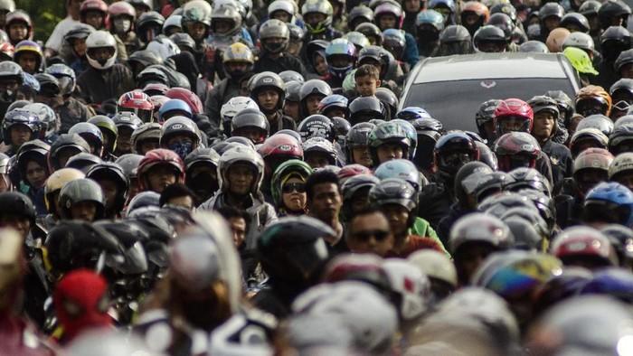 Sejumlah pengendara beristirahat saat melintasi terowongan Lingkar Nagrek, Kabupaten Bandung, Jawa Barat, Sabtu (8/6/2019). Pada H+3 arus balik lebaran 2019 volume kendaraan yang melintasi jalur Lingkar Nagrek menuju Bandung-Jakarta terpantau ramai lancar. ANTARA FOTO/Novrian Arbi/foc.