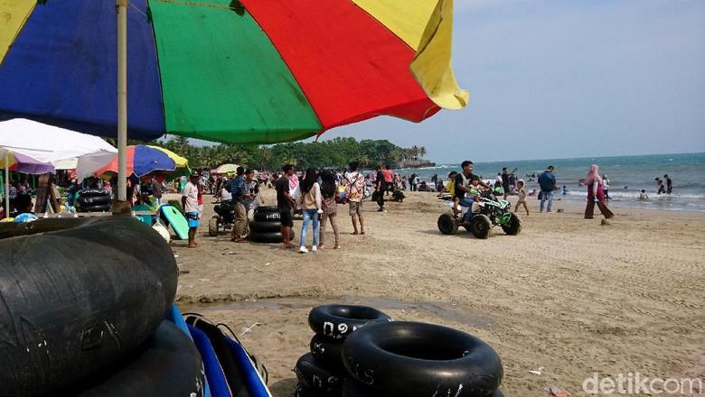 Ribuan Wisatawan Padati Pantai Anyer