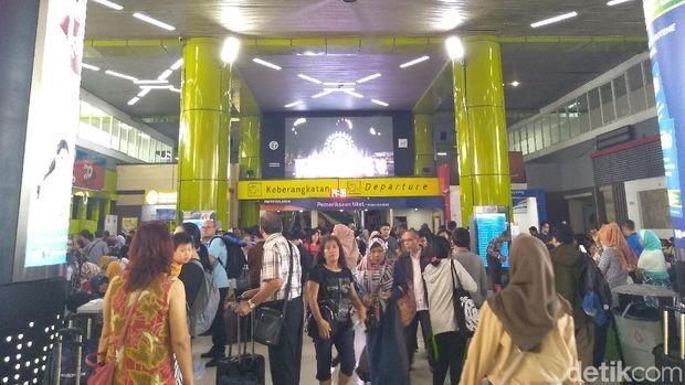 Suasana di Stasiun Gambir Minggu (9/6) siang