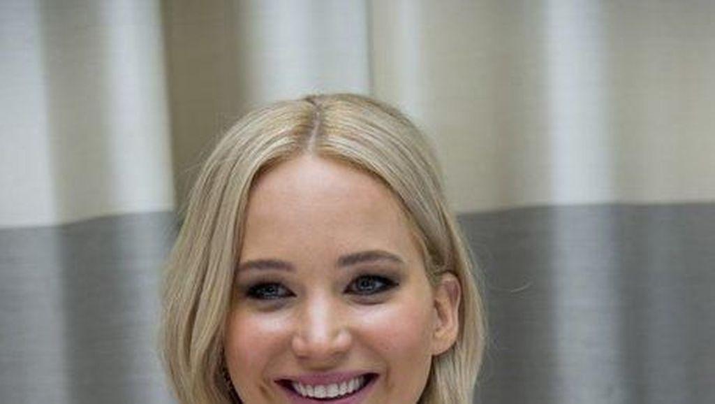 Pesona Jennifer Lawrence Saat Ngopi hingga Makan Bareng Tunangannya