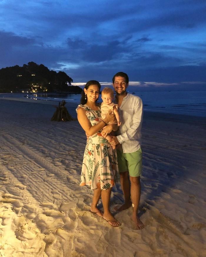 Menikah dengan Benedikt Brueggemann, Marissa dikaruniai anak perempuan cantik bernama Alaia Moana. Kini keluarga kompak ini sering memamerkan momen kebersamaan mereka. Foto: Instagram marissaln