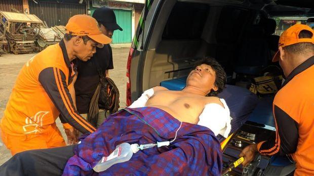 Pengungsi kebakaran lapak pemulung di Pasar Minggu dibawa ke rumah sakit.