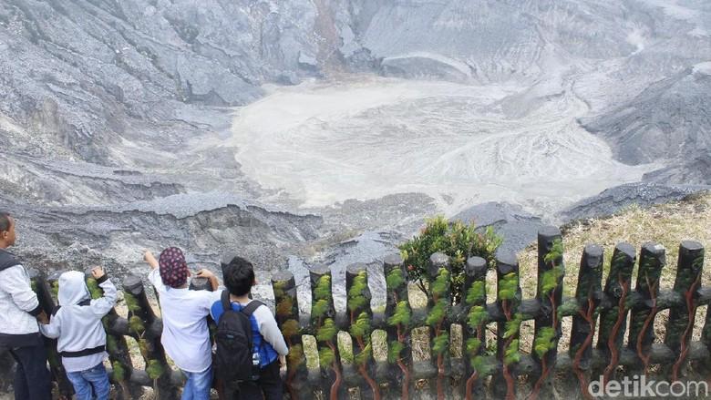 Puluhan ribu wisatawan memadati taman wisata alam (TWA) Tangkuban Parahu di Cikole, Lembang, Kabupaten Bandung Barat.