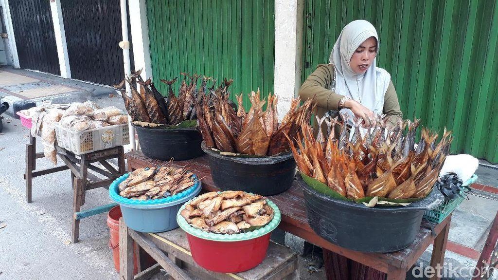 Pemudik Sepi, Penjualan Ikan Asap di Jalur Pantura Tuban Menurun