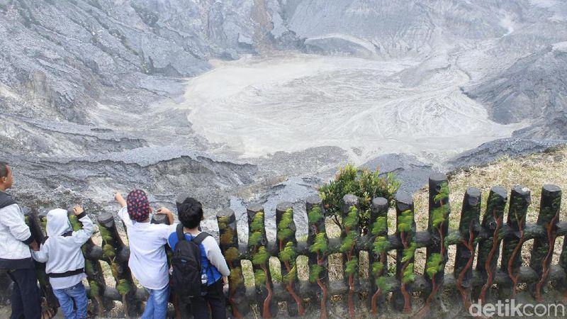Puluhan ribu wisatawan memadati taman wisata alam (TWA) Tangkuban Parahu di Cikole, Lembang, Kabupaten Bandung Barat (KBB) pada libur lebaran 1440 H, Sabtu (8/6/2019) (Yudha Maulana/detikcom)