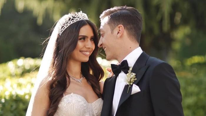Mesut Ozil menikahi Amine Gulse. Foto: Instagram/@m10_official