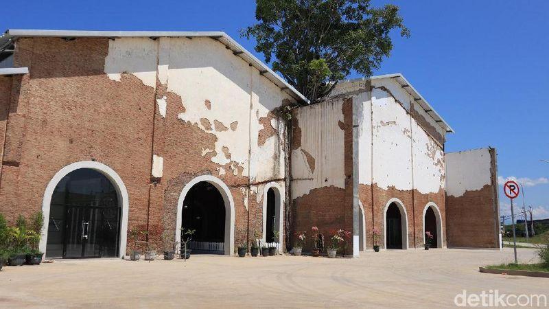 Sejarahnya, dahulu eks pabrik gula itu beroperasi di tahun 1913 di bawah Belanda sebelum akhirnya harus gulung tikar di tahun 1998 akibat tingginya biaya operasional. Tak berapa lama, bangunan itu pun ditetapkan sebagai cagar budaya(Randy/detikcom)