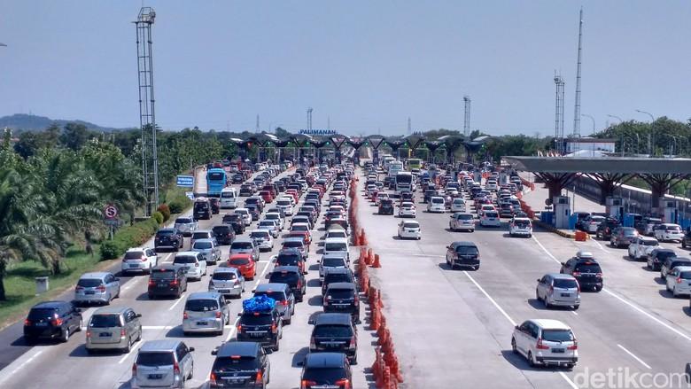 Kepadatan lalu lintas di gerbang tol. Foto: Sudirman Wamad