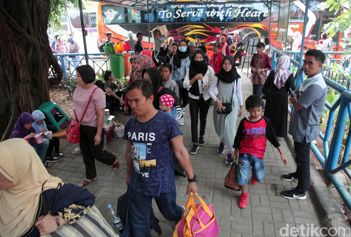Para pemudik dari berbagai daerah datang ke Ibu Kota. Mereka memadati Terminal Kampung Rambutan, Jakarta Timur, Minggu (9/6/2019).