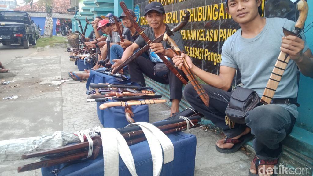 Pedagang Golok Asal Garut Serbu Pantai Pangandaran