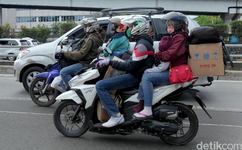 Pemudik yang pakai sepeda motor. Foto: Lamhot Aritonang