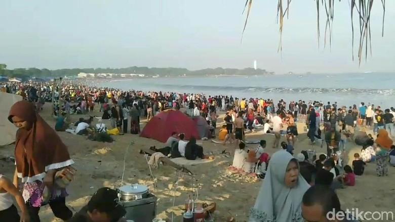 Yuk, LIhat Serunya Wisatawan Bermain di Pantai Santolo Garut