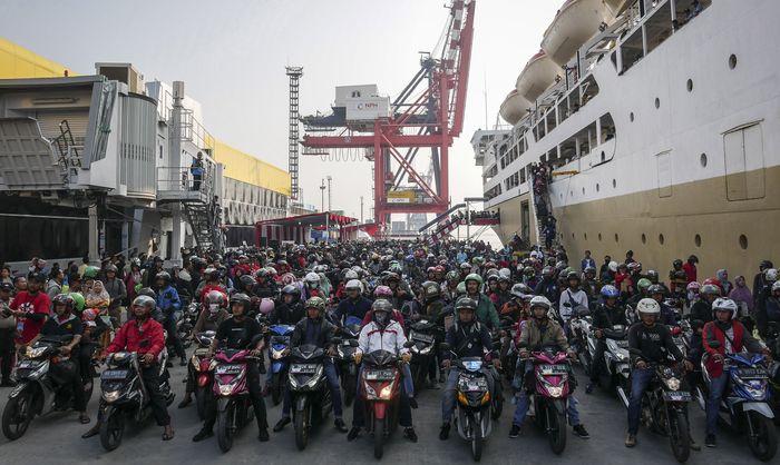 Sejumlah pemudik nampak memenuhi pelabuhan Tanjung Priok, Jakarta, Minggu (9/6/2019).