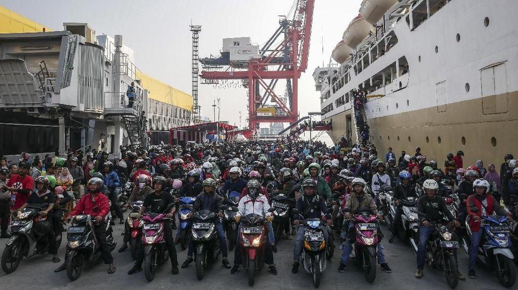 Suasana Arus Balik Pemudik di Pelabuhan Tanjung Priok