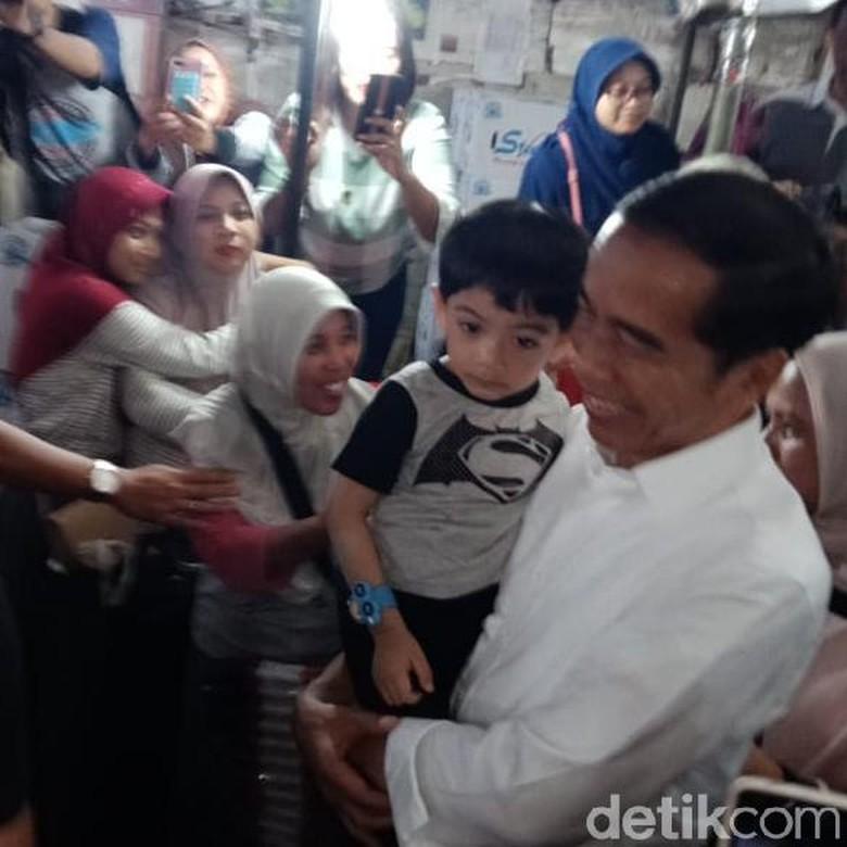 Jalan-jalan ke Pasar Gede Solo, Jokowi Bagikan Bingkisan Lebaran