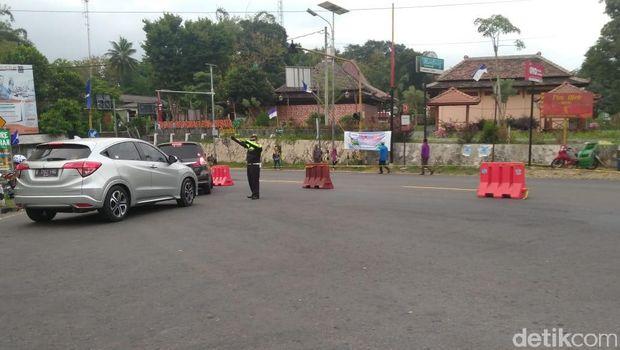 Barikade yang dipasang untuk mengurai kemacetan
