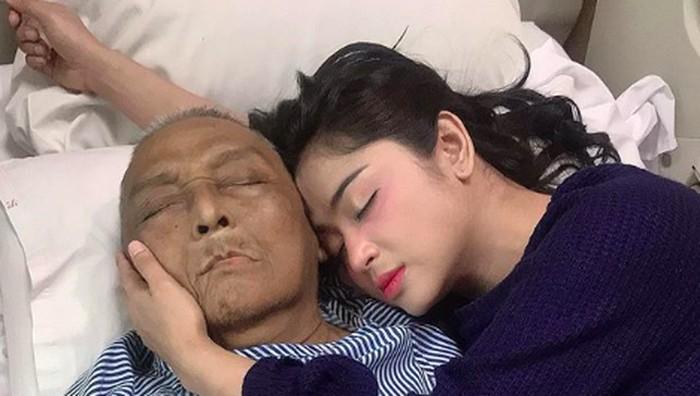 Dewi Perssik dan sang Ayah kala dirawat di RS. Foto: Instagram @dewiperssikreal