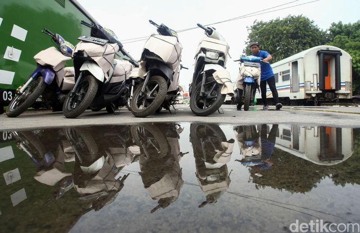 Memasuki puncak arus balik mudik 2019 ribuan motor kembali ke Jakarta dengan diangkut kereta api, Minggu (9/6/2019).