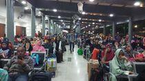 Takut Ketinggalan KA, Pemudik Rela Menunggu 5 Jam di Stasiun Senen