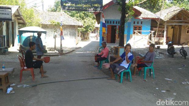 Warga Pungut Duit Pengendara yang Lewat Jalan 'Tikus' di Indramayu