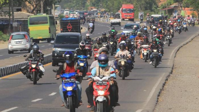 Foto udara kendaraan arus balik di Jalur Pantura, Kendal, Jawa Tengah, Senin (10/6/2019). Pada H+5 Lebaran 2019, arus balik terpantau masih ramai di jalur pantura yang bersimpangan dengan sejumlah exit tol menuju jalur pantura Jateng, sebagai imbas sudah diberlakukannya dua arah di tol Trans Jawa. ANTARA FOTO/Harviyan Perdana Putra/hp.