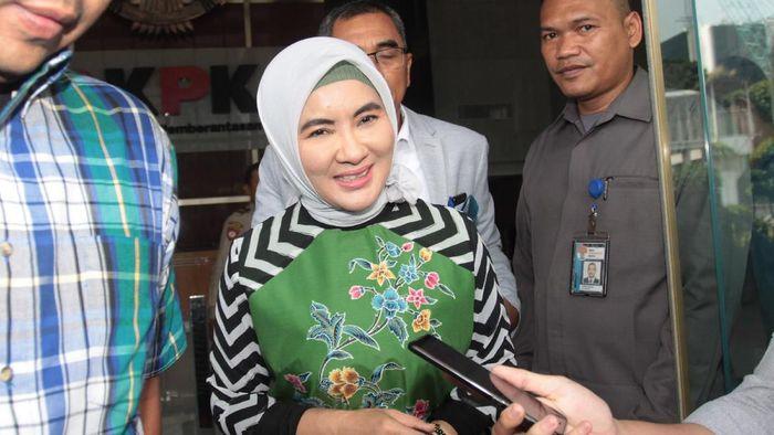Dirut Pertamina Nicke Widyawati memenuhi panggilan KPK. Ia diperiksa terkait kasus dugaan suap proyek PLTU Riau-1 yang menyeret nama Sofyan Basir.