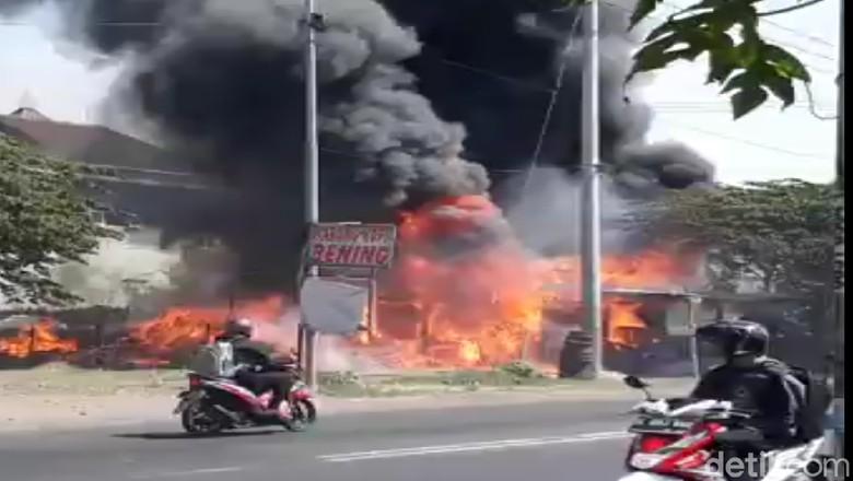 Bakar-bakar Sampah, Gudang Rongsokan di Mojokerto Ludes Terbakar