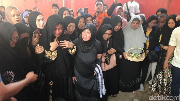 Dewi Perssik sempat histeris saat ayahnya dimasukkan liang lahat/Foto: Yakub Mulyono