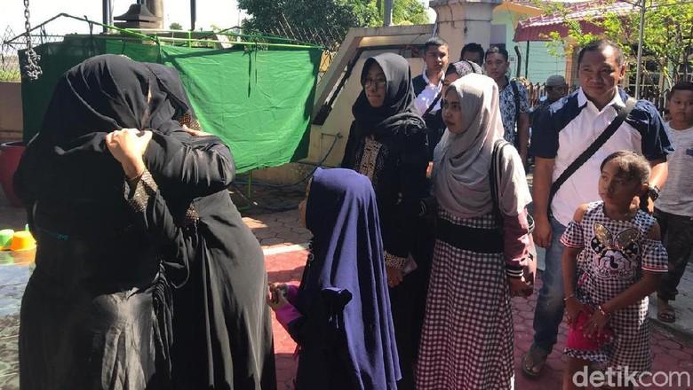 Kesepakatan Keluarga Jadi Alasan Ayahanda Dewi Perssik Dimakamkan di Jember