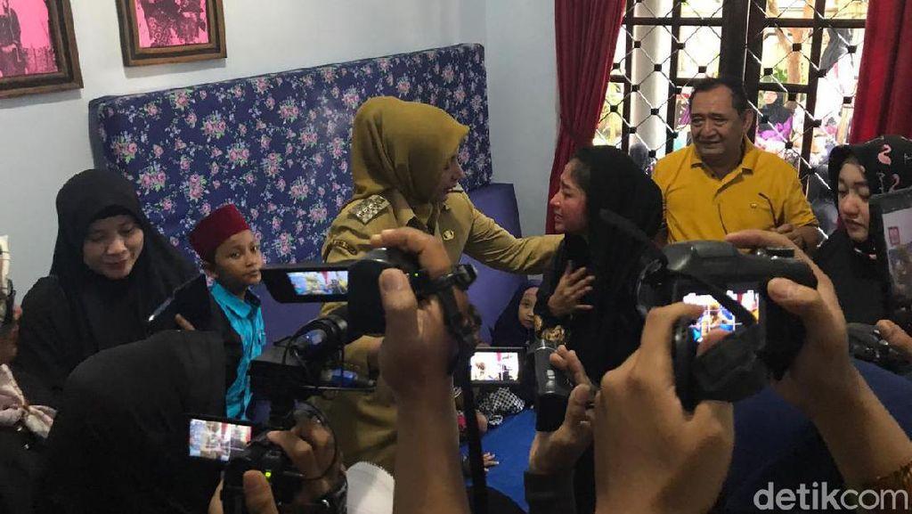 Sampaikan Duka Mendalam, Bupati Jember Bertemu Dewi Perssik