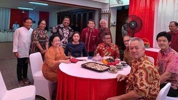 Megawati, Tommy Winata, Hasto Kristiyanto, dan I Wayan Koster dalam 1 frame foto saat halalbihalal.
