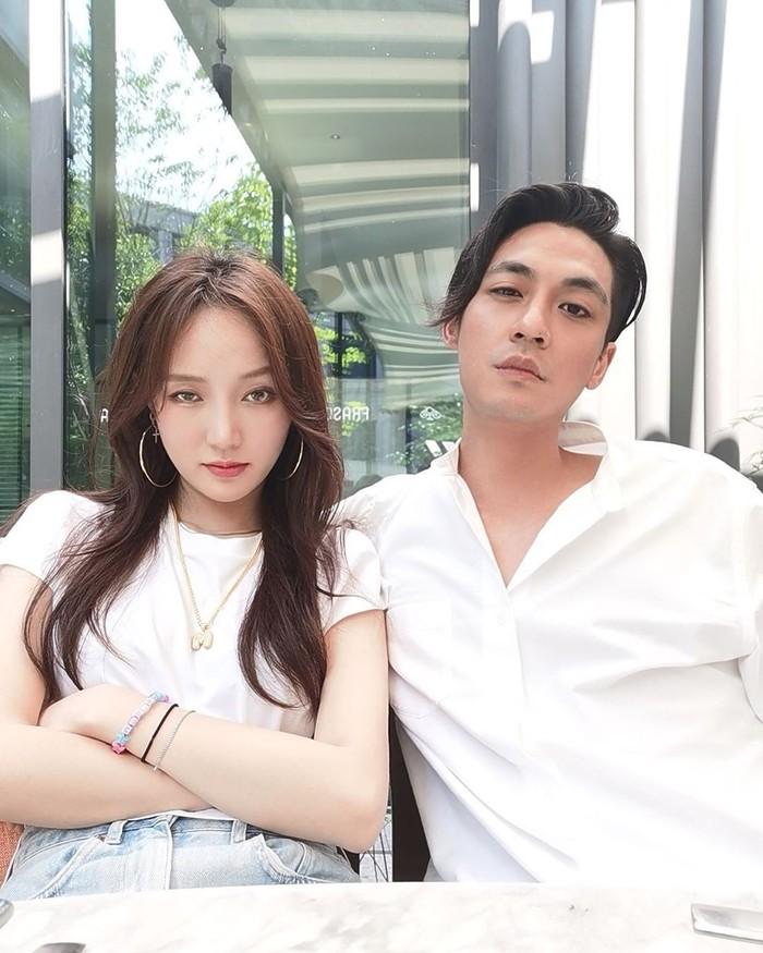 Punya wajah tampan dan kekayaan yang melimpah, membuat Elroy Cheo sering disebut sebagai Crazy Rich Asians. Baru-baru ini ia menjalin hubungan dengan Meng Jia, penyanyi sekaligus eks personel girlband Miss A dari Korea Selatan. Foto: Instagram @elroxcheo