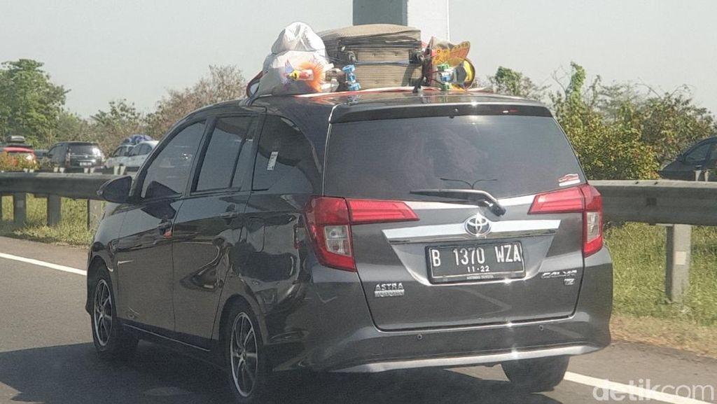 Bawa Barang di Atap Mobil dengan Cara Seadanya, Itu Bahaya!