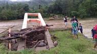 Jembatan Gantung di Polewali Mandar Sulbar Ambruk Diterjang Banjir
