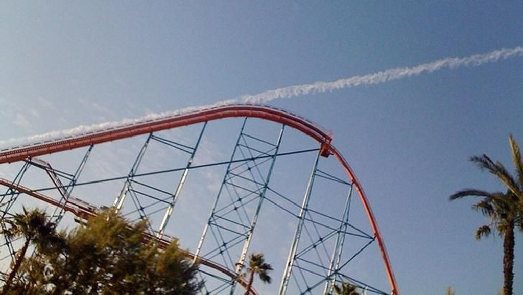 Wuuus, dari roller coaster bagaikan ngegas menuju langit. (Foto: Boredpanda.com)