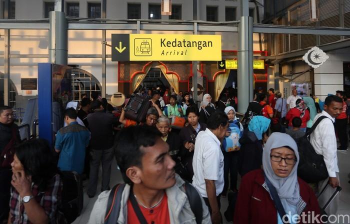 Puluhan ribu pemudik telah kembali ke Jakarta dari Stasiun Pasar Senen. Hingga H+5 Lebaran, suasana di stasiun masih padat.