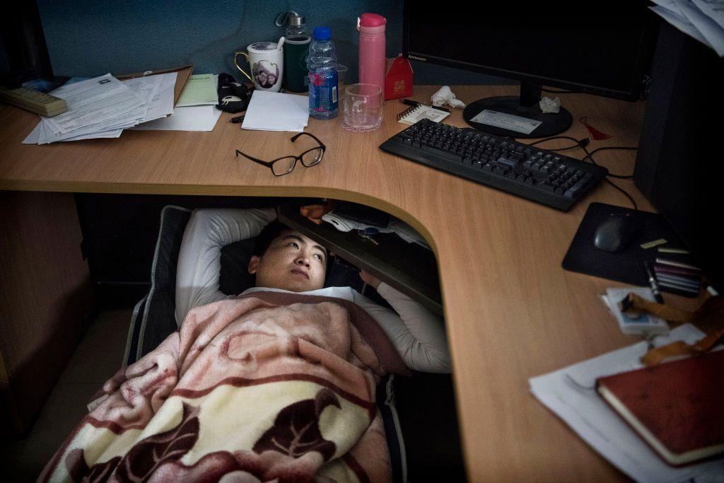 Banyak dari mereka memanfaatkan jam makan siang untuk tidur siang, sesuatu yang lumrah dilakukan di China. Foto: Getty Images