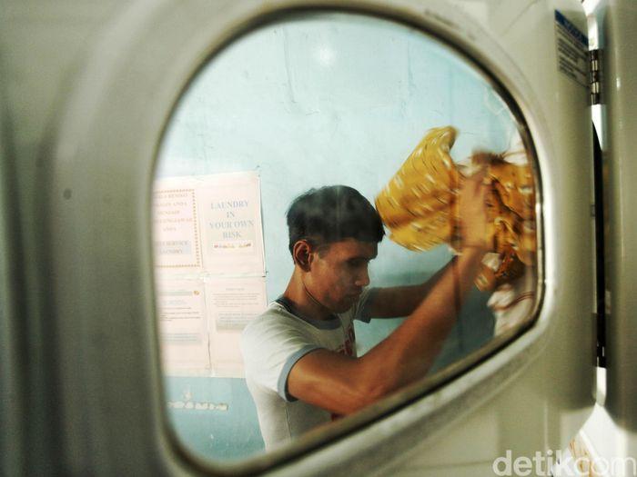 Seorang petugas laundry tengah membersihkan pakaian di Jaksa Clean Coin Laundry, Jakarta, Senin (10/6/2019).