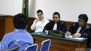 Raut Kecewa Atiqah Hasiholan di Sidang Ratna Sarumpaet