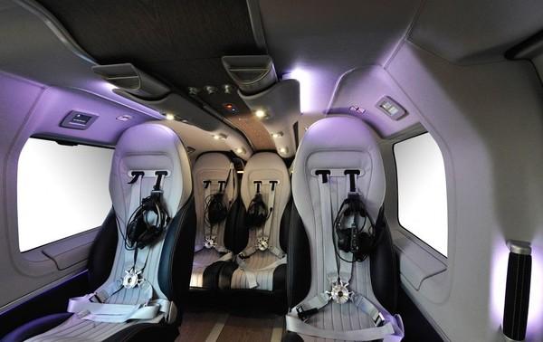Mercedes-Benz menyulap bagian dalamnya dengan interior yang mewah. Interior kulit dengan elemen kayu di lantainya membuat suasana di dalam helikopternya begitu elegan (Aribus)