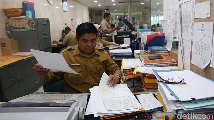 Usai libur Lebaran, PNS di DKI Jakarta kembali bekerja. Gubernur DKI Jakarta Anies Baswedan menyebut tingkat kehadiran di hari pertama ini mencapai 99,73 persen.