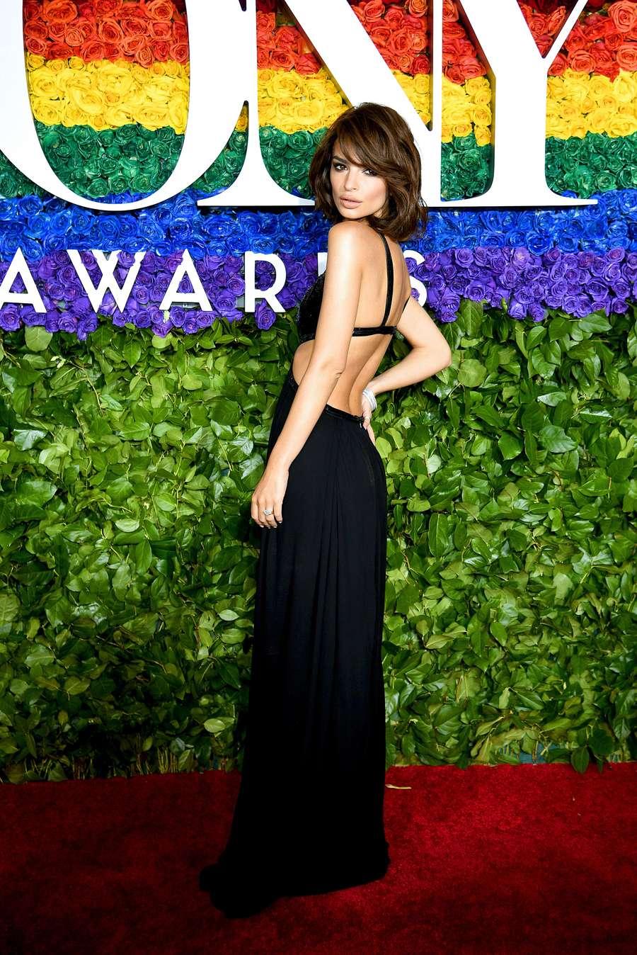Penampilan Seksi Emily Ratajkowski di Tony Awards