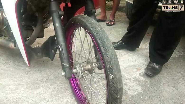 Ban cacing tanpa rem depan. Foto: Trans7